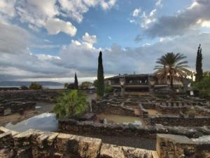 Na I planie ruiny synagogi w Kafarnaum, w tle kościół zbudowany na pozostałościach po domu św. Piotra.