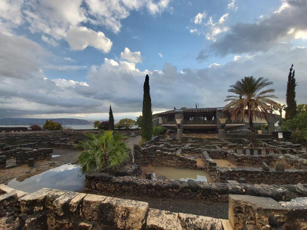ruiny-synagogi-w-kafarnaumbudowany na pozostałościach po domu św. Piotra.